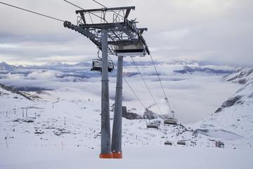 Skilift mit Beförderung in den Alpen im Winter