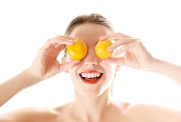 Sorriso femminile con frutta