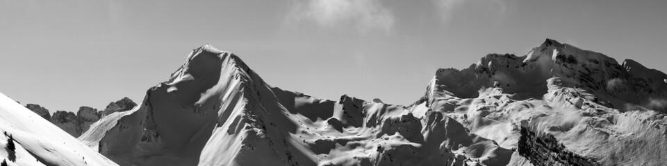 Panorama de cimes montagneuses enneigées
