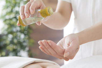 Esthetician to prepare for oil massage