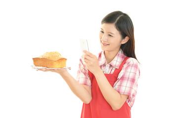 お菓子作りを楽しむ女性