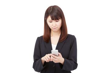 スマートフォンを持って困るビジネスウーマン