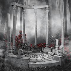Ruiny altany w ciemnym lesie z czerwonymi różami