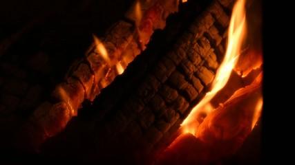 Brennendes Holz im  Kaminofen