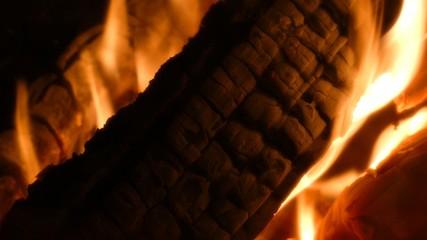 Brennender Holzscheit