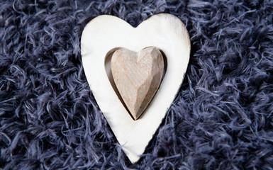 coeur en bois sur fond de laine