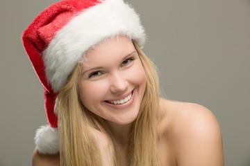 Hübsches Mädchen mit Nikolausmütze