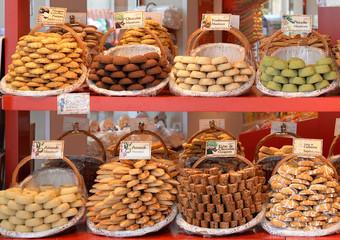 Leckeres Gebäck auf dem Wochenmarkt in der Provence