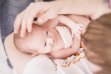 Newborn kleines Mädchen mit Vater