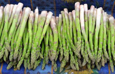 Grüner Spargel auf Wochenmarkt in der Provence