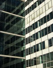 Fenêtres d'immeuble de bureaux