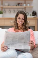 frau liest die stellenanzeigen in der tageszeitung
