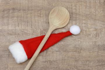 Holzlöffel mit Weihnachtsmütze