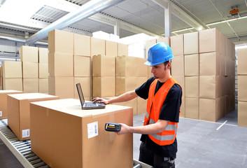 Arbeiter in der Logistikbranche scannt Waren ein