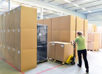 Arbeiterin im Warenlager // Workers in logistics