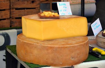 Käserad auf dem Wochenmarkt in der Provence