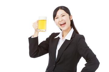 ビールジョッキを持つビジネスウーマン