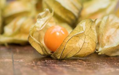 Physalis Frucht auf Rustikalem Untergrund