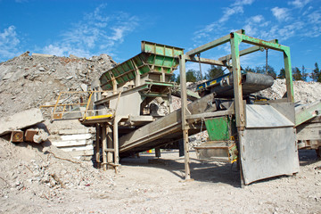 Construction material crushing machine