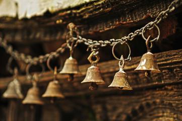 campanillas en templo budista