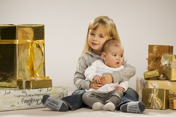 Kinder mit Weihnachtspäckchen