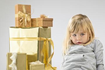 Mädchen mit Weihnachtspäckchen
