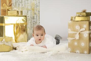 Baby mit Weihnachtspäckchen