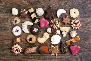 Vielfalt an Weihnachtsplätzchen auf Holzuntergrund