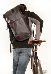 Kurierdienst schiebt Fahrrad