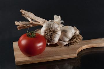 Tagliere con pomodoro e aglio