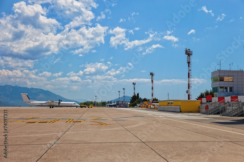 Foto Spatwand Luchthaven Aircraft parked on the runway on Dubrovnik Airport, Croatia