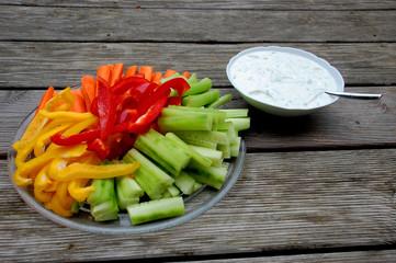 Rohes Gemüse mit Dip