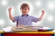 glückliches Kind am Tisch beim Bücher lesen, anschauen