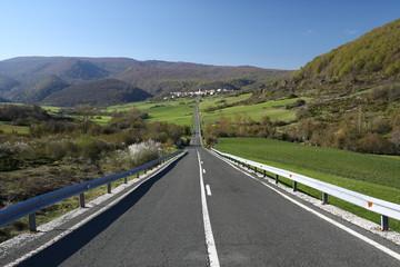 Pueblo y carretera recta