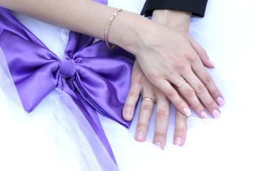Руки невесты и жениха и сиреневый бант