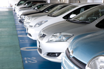駐車場に並ぶ乗用車