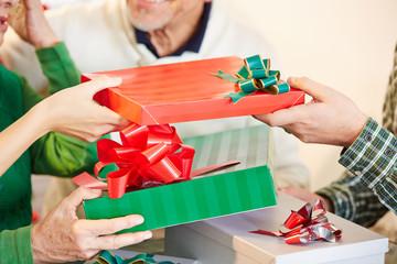 Geschenke schenken zu Weihnachten