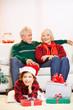 Kind mit Geschenken von Großeltern zu Weihnachten