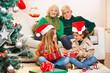 Geschwister geben sich Geschenk zu Weihnachten