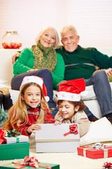 Geschwister packen Geschenke der Großeltern aus