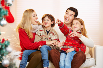 Lachende Familie mit Kindern zu Weihnachten
