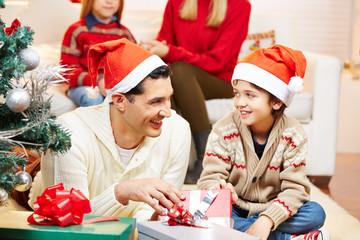 Vater gibt Sohn Geschenk an Weihnachten