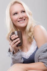 Hübsche Frau mit Kaffeetasse