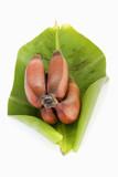 Rote Bananen (Musa) aus Mexiko auf Bananaenblatt poster