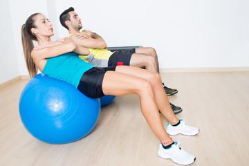 Bauchuebung mit Fitnessball