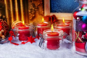 Kerzen und Kugeln zum Advent