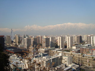 Santiago do Chile com a cordilheira ao fundo.