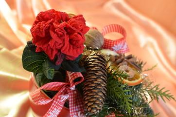 Weihnachtsgesteck mit Weihnachtsstern Weihnachtsrose