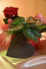 Weihnachtsgesteck mit Herz aus Holz und Textfreiraum