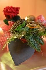 Weihnachtsgesteck mit Holzherz und Textfreiraum